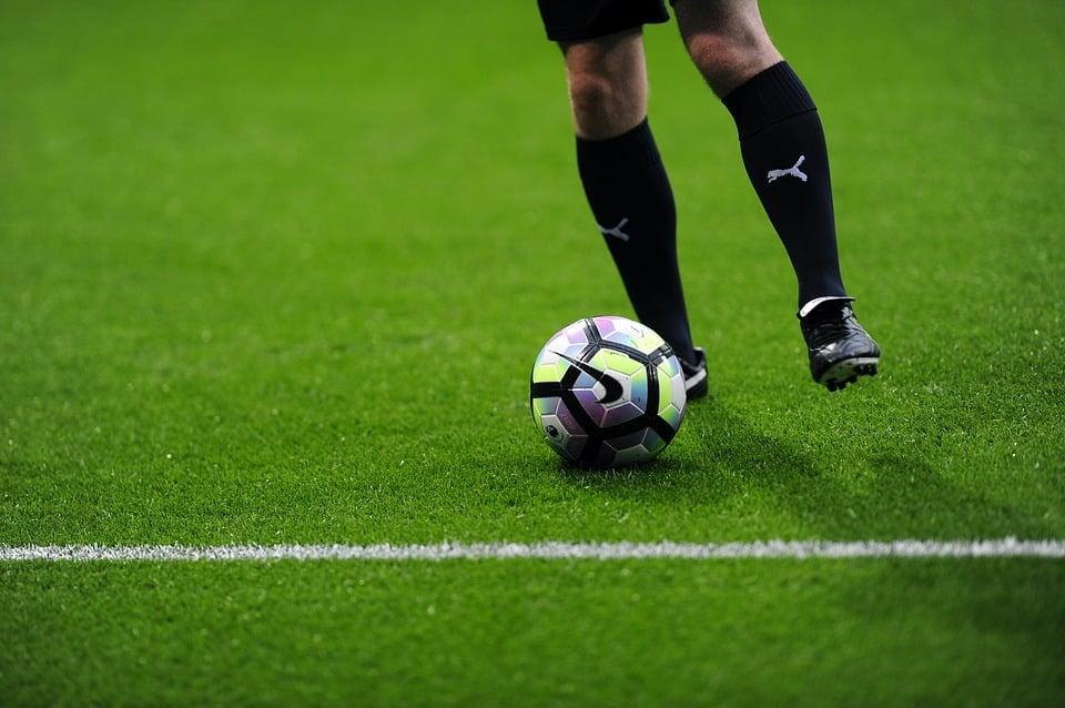 كم تزن كرة القدم